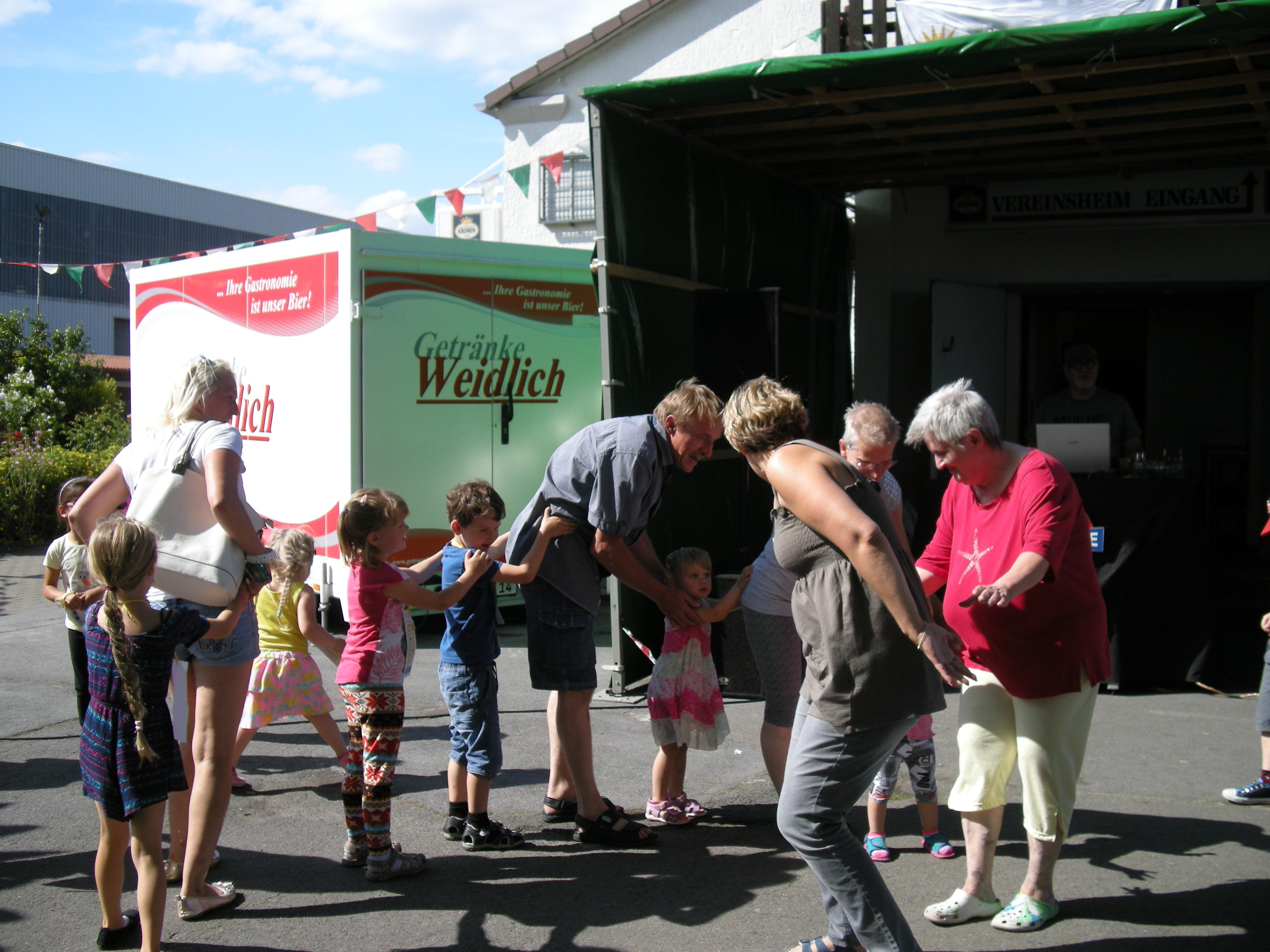 Fröhlicher Tanz mit den Kindern – Kleingärtnerverein Hafenwiese e.V.