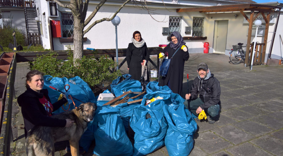 Jede Menge Müll und einige der Helfer